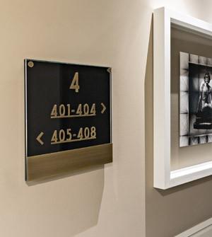Plaque signalétique hôtel BLACK - Verre noir - APIR