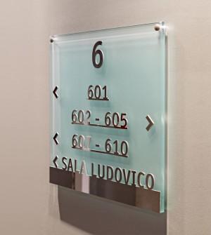 Signalétique en verre LIONE pour hôtel et centre d'affaires