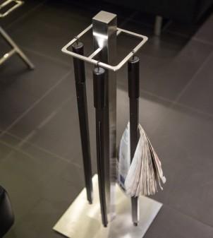 Porte-journal pour bar et hotel en acier satiné