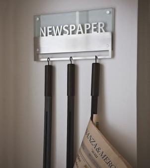 Porte-journaux mural en verre avec trois cannes inclues.