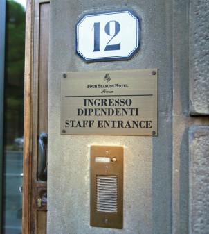 Plaque hôtel gravée & personnalisée - Signalétique extérieure APIR