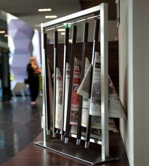 Porte-journaux sur pied en acier inox, avec six tiges porte-journaux en bois incluses