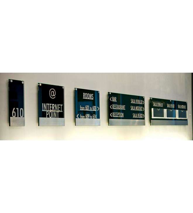 5 plaques signalétiques en verre noir et caractères en relief