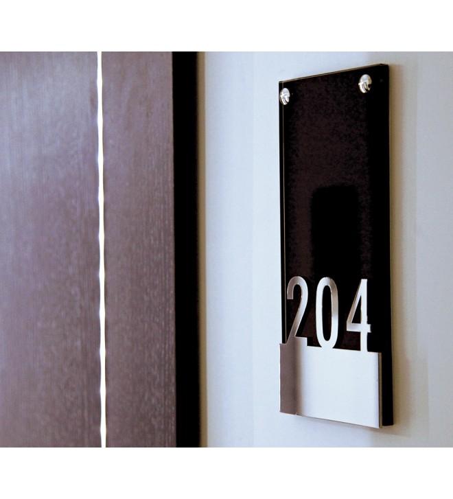 Plaque de porte en verre noir et numéro chambre en relief