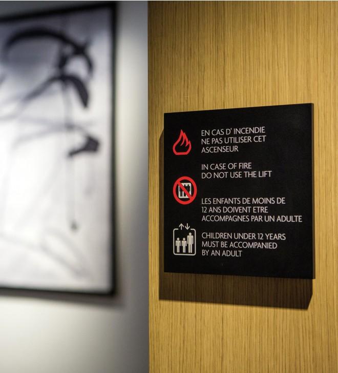 Signalétique en plexiglass pour hôtel CARBON