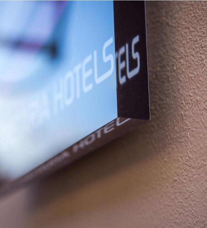Plaque gravée et personnalisée pour extérieur en plexiglas PLANET